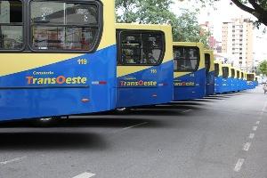 Onibus estacionados na praça do Santuário